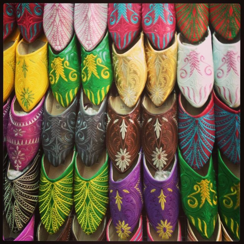 As coloridas e lindas babouches, sapatilhas de couro unissex, na medina de Marrakech